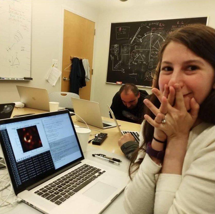 Katie Bouman Doktorea. Zulo beltz baten lehen argazkia lortu duen teleskopio algoritmoaren sortzailea, argazkia prozesatu zuen momentuan. 🔥🔥🔥