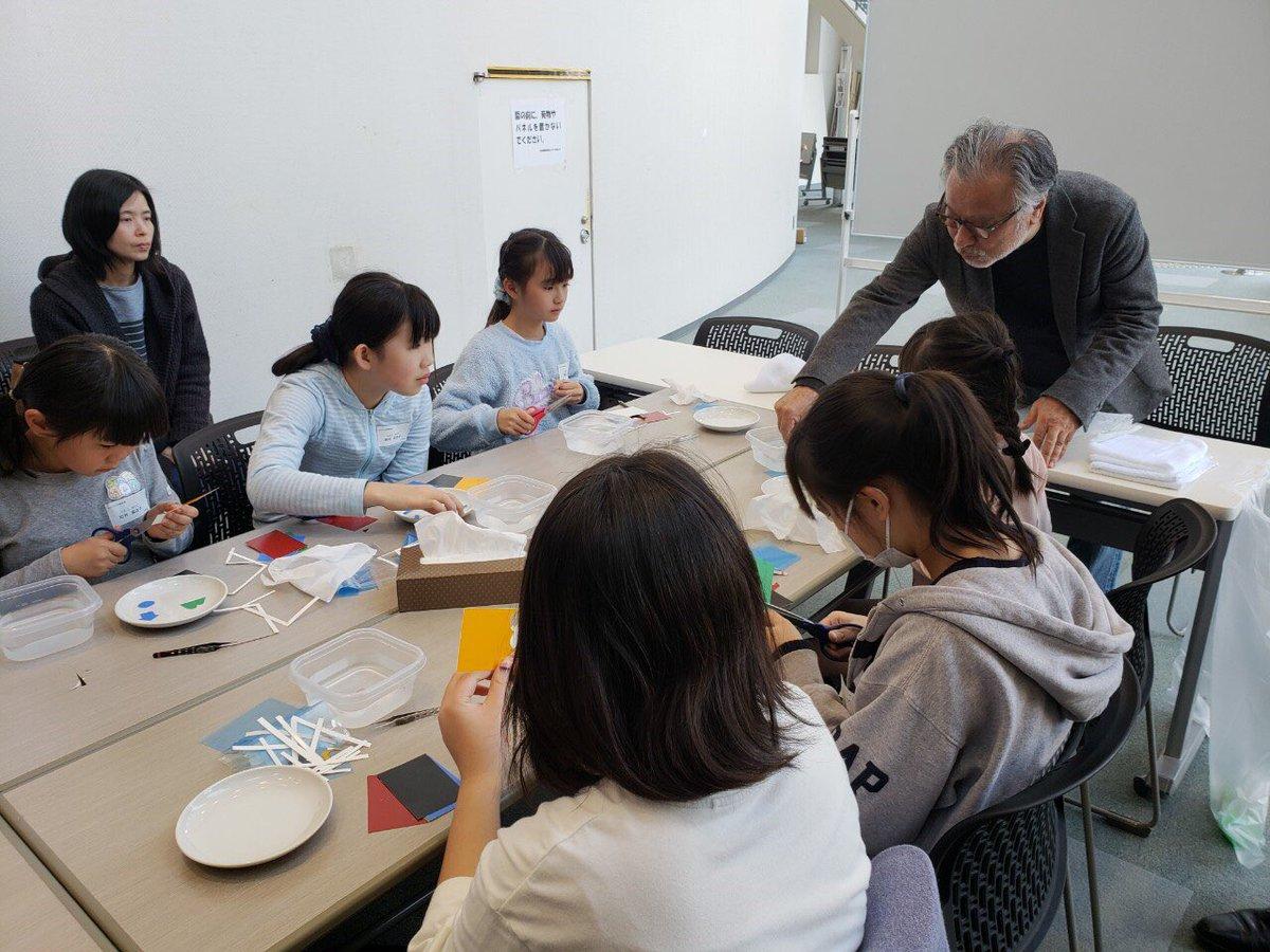 また会場内では、企業PR、就職相談等が展開される中、入り口スペースでは、前田正博先生のご指導の下、子供達の「ものづくり体験教室」も開催されました。