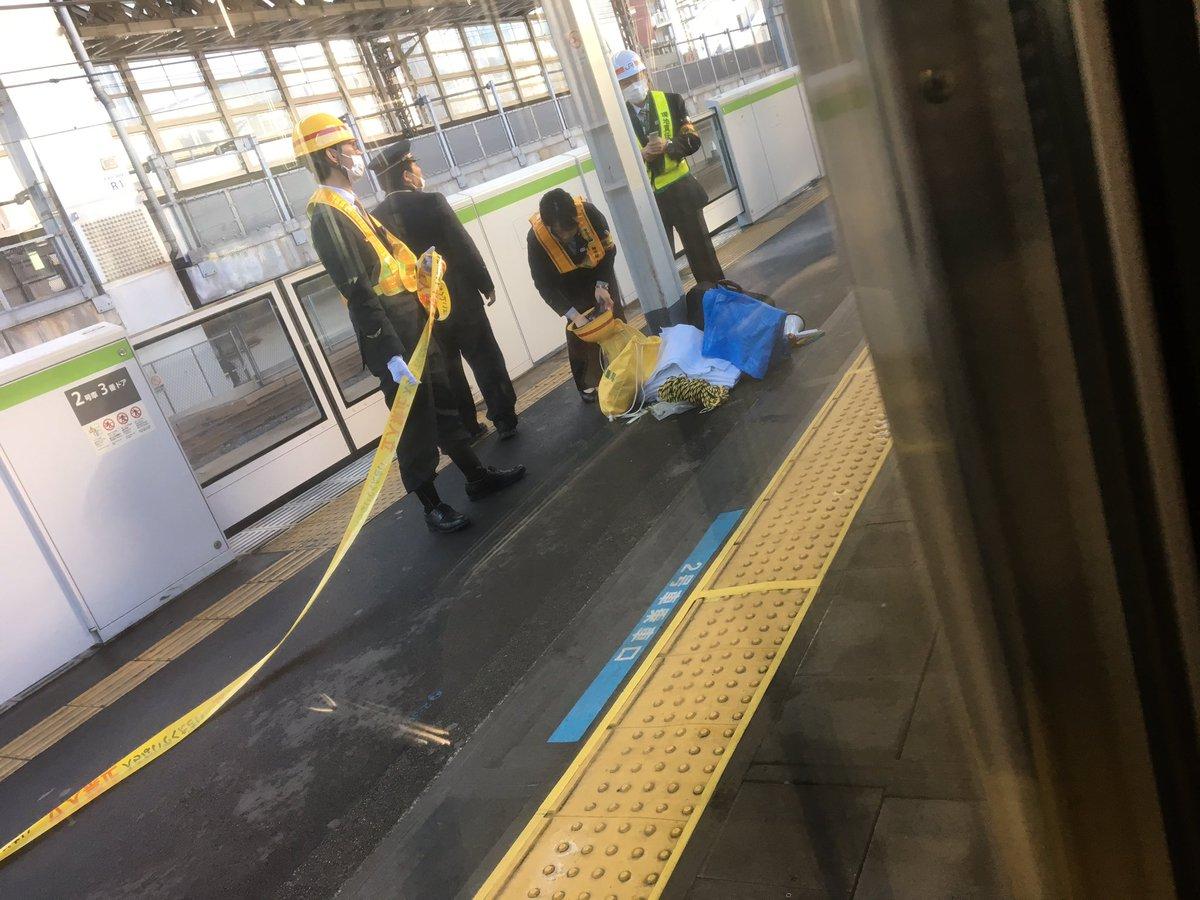 神田駅の飛び込み自殺の人身事故でブルーシートを用意している現場画像