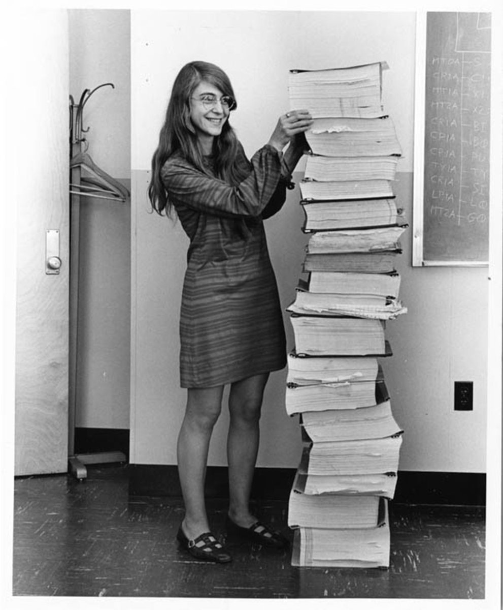 İki fotoğrafta çok muhteşem değil mi? İlki 1969 yılında insanlığı ilk kez Aya götüren Apollo 11in yazılım kodlarını yazan kadın Margaret Hamilton İkincisi ise karadeliklerin fotoğrafını çekmek için yeni bir algoritma geliştirilmesinde öncülük eden kadın Katie Bouman