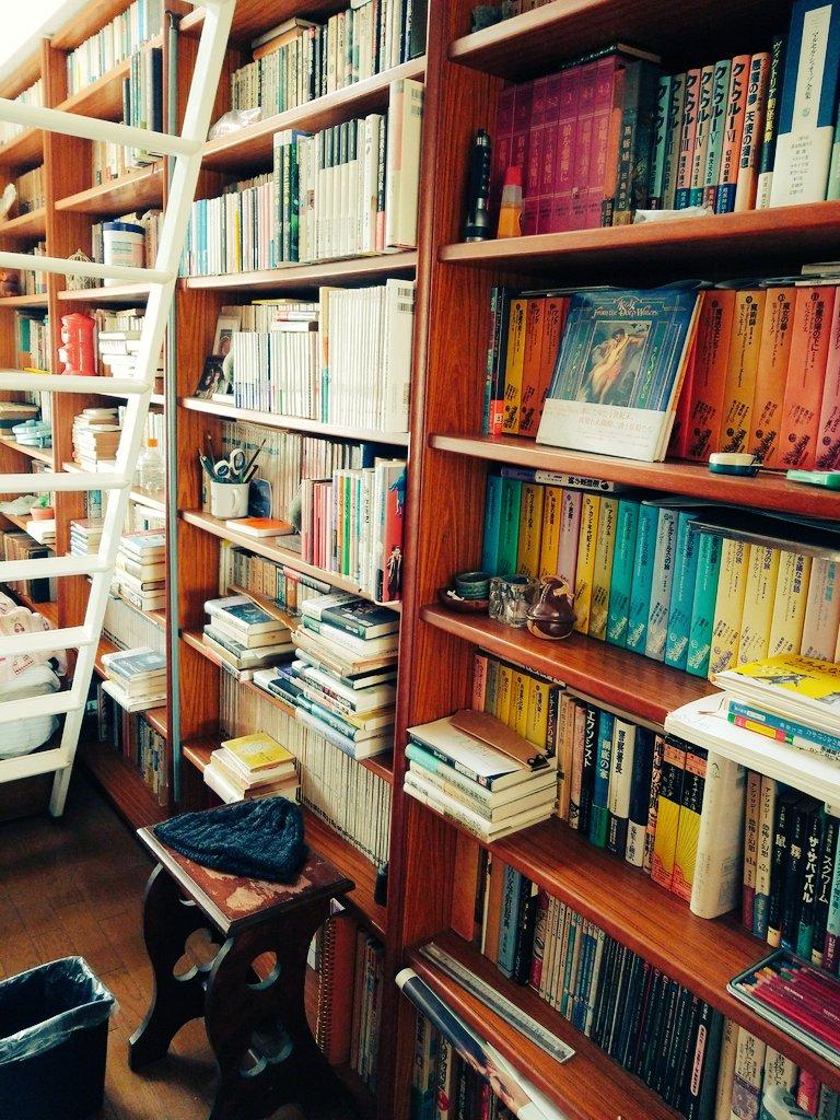 10代の頃私室がなかったのでずっと父親の書斎を借りてたんだけど、今になって割りとヤバい部屋だったのでは?と気付いた(当時は壁として扱っていて読んだことなかった)