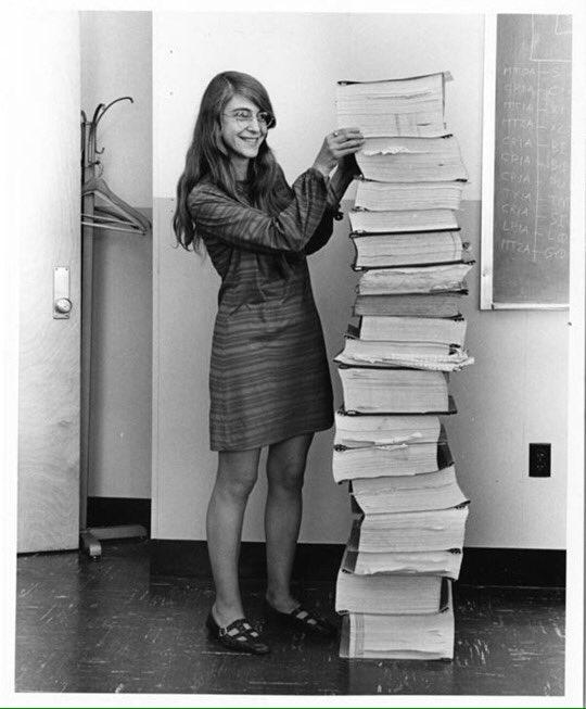 1969年:アポロ計画で史上初めて人を月に送り届けたフライトシステムのコードを書いたマーガレット・ハミルトンと彼女が書いたソースコードの山。  2019年:今回、史上初のブラックホール撮影を可能にしたアルゴリズムを書いたケイティー・バウマンと映像データを収めたHDDの山。