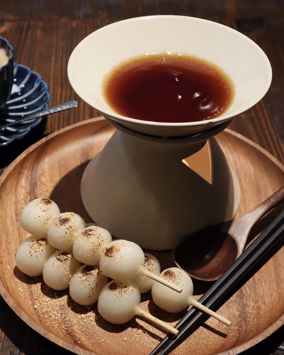 新宿の「ろまん亭 」は、『みたらしお団子フォンデュ』がある!温かいみたらしのタレに、焼き目がつけられたお団子をディップして食べるというもの! お団子はモチモチでほんのり香ばしくそのままでも充分に美味しい!みたらしのタレにつけるとさらに美味しいよ!