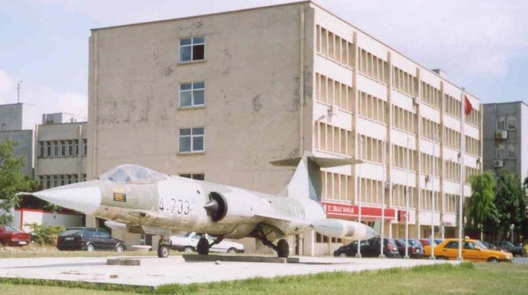 Fen edebiyat otoparkındaki F-104 savaş uçağı. GAF kamuflajına dikkat.