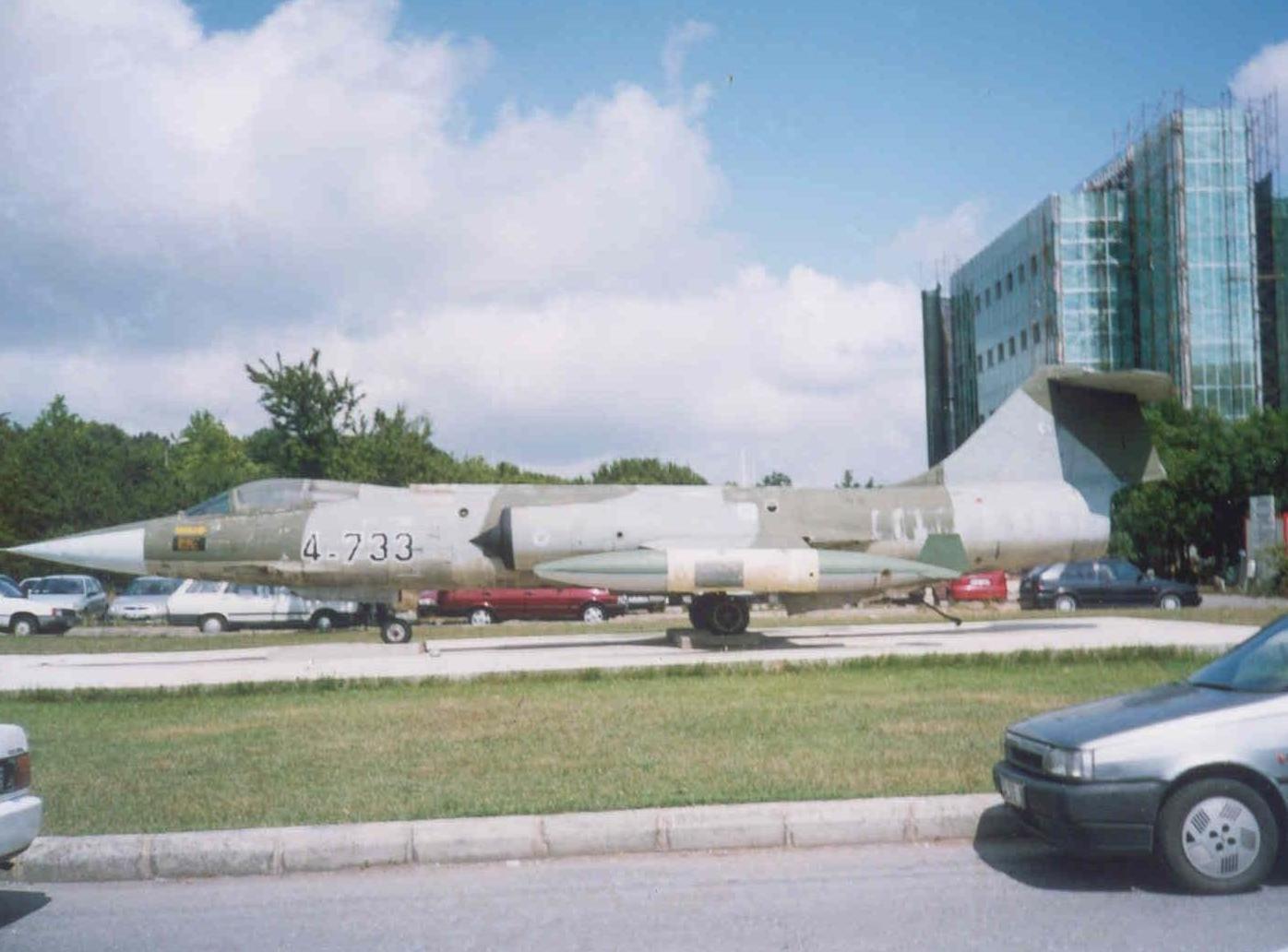 Fen edebiyat otoparkındaki F-104 savaş uçağı. Bakımsızlığı belli oluyor