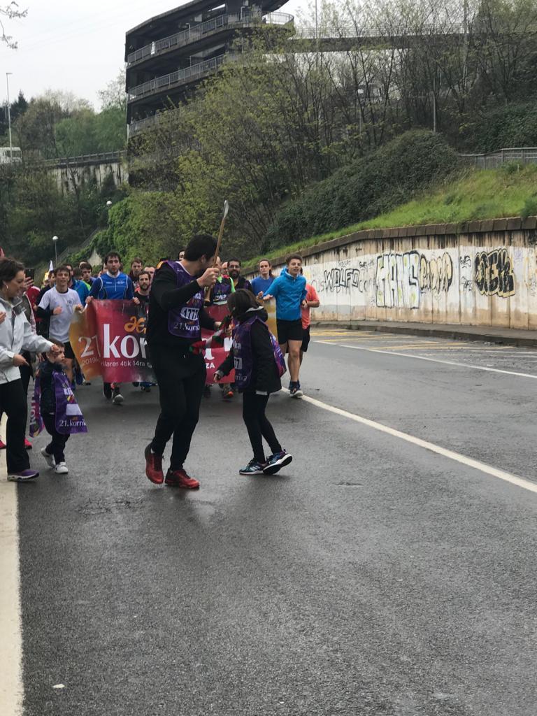 Gaur, Basque Sportseko enbaxadorea den Aitzol Atutxak, Korrika 21. edizioko Aero-Ferr, gure laguntzaile korporatibori dagokion 1.777 kilometroan, lekukoa eroan du. https://t.co/xD7TRIO2kj