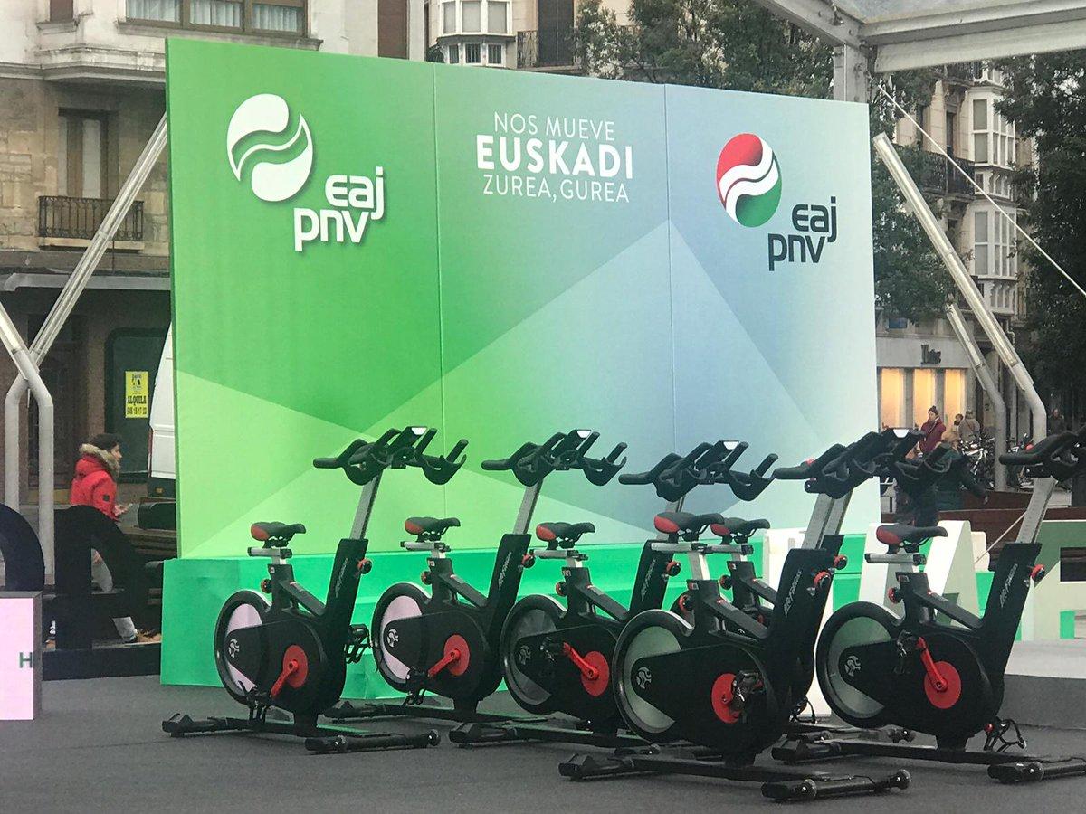 Metáfora perfecta  Mitin con bicicletas estáticas,  Que aparentan movimiento para quedarse en el mismo sitio