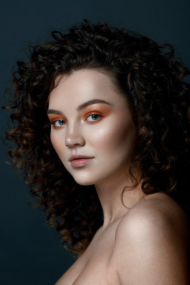 My first beauty photoshoot. Photo N.1 of the first look. I had a blast working with the amazing team on this photoshoot. Photo: @sashazarphoto  MUA: @belindaloeppky  Model: @taibrookee  Studio: @eric_karr  #beautyphotography #beautyphoto #curlyhair #makeup #scouting #modelpic.twitter.com/MRDWfOmVE5