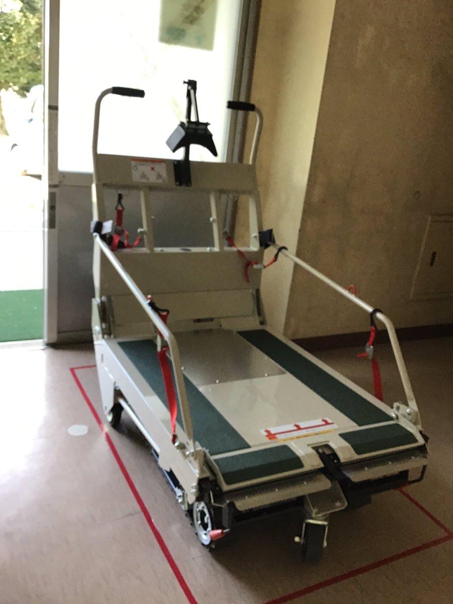 鳥栖小学校に、車椅子用の階段昇降車が導入されました!子どもを乗せて車椅子ごと安全に安心して階段の上り下りが出来ます!校長先生はじめ全て方に喜んで頂きました 本当に良かったです!