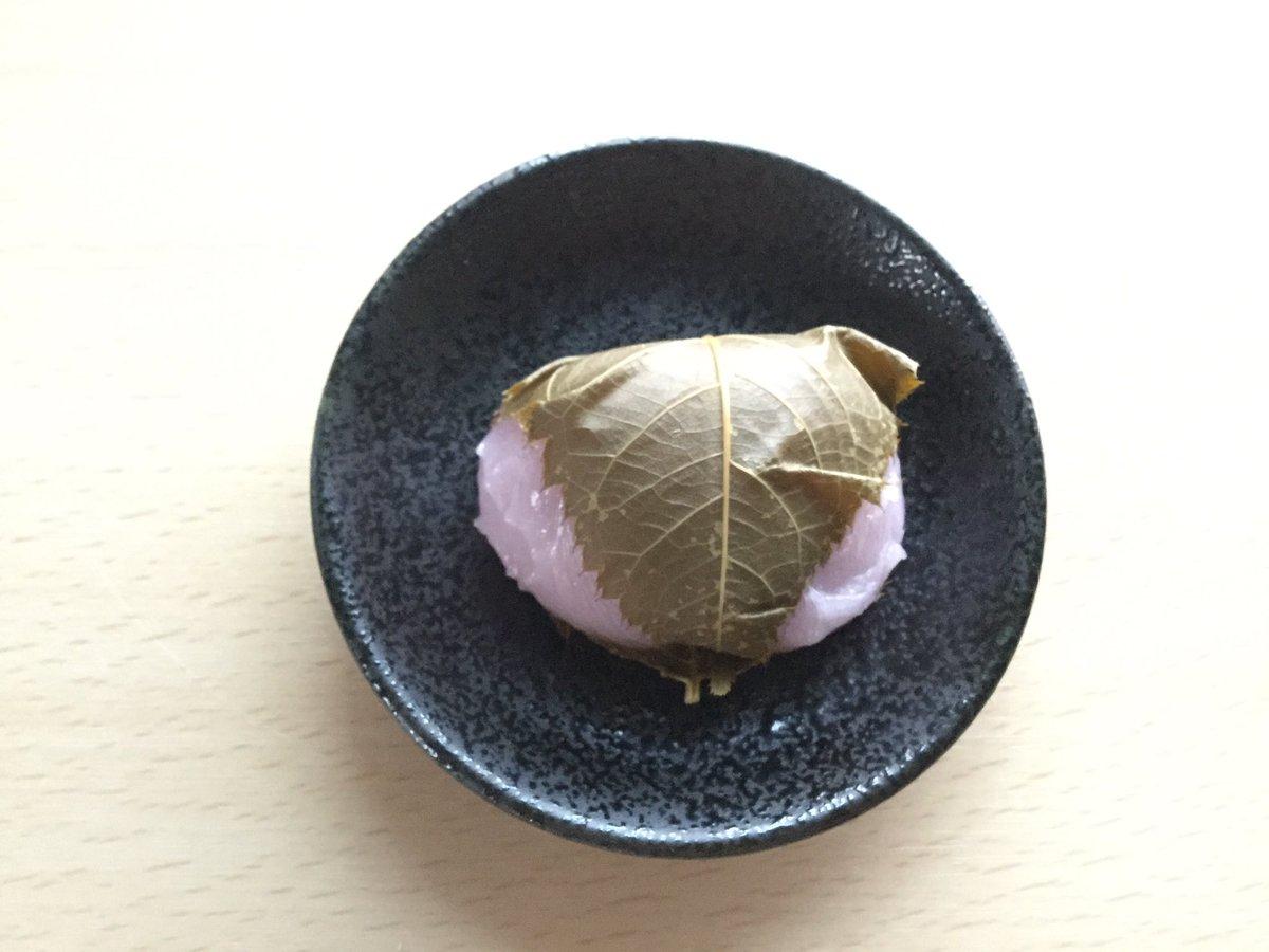 両口屋是清の「桜もち」🌸  ころんと可愛い桜もち、ういろう生地でこし餡を包んであります。 初めていただく ういろう製の桜もちは、もちっとした生地が餡や桜の葉ともよくあって、関東風の桜餅や道明寺の桜餅ともまた違った食感の美味しさでした。  #桜のお菓子🌸