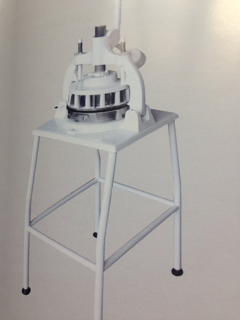 Essa é outro modelo de divisora manual, ela e de mesa ou bancada, quer mais informações, veja lá, http://www.formaxbr.com.br - ou ligue 41-99974-1105.