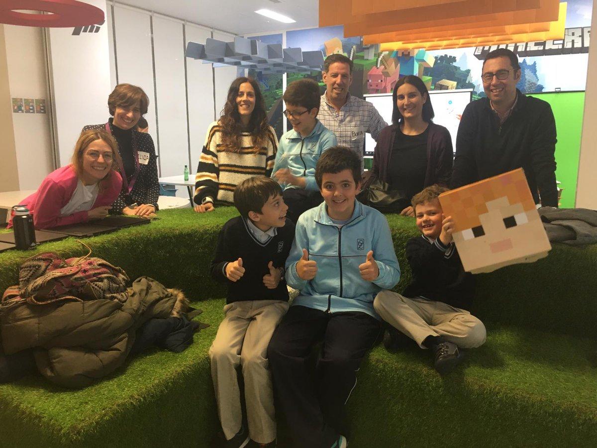 Esta semana en el #MicrosoftEDUlab nos lo hemos pasado fenomenal con los alumnos del aula TEA del colegio @GrupoZola de las Rozas. Con ellos estuvimos trabajando por rincones diferentes actividades relacionadas con la programación, edición de vídeo o Minecraft Education.