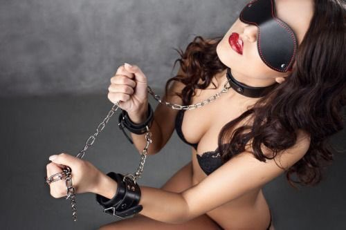 Картинки с прикованными наручниками девушками