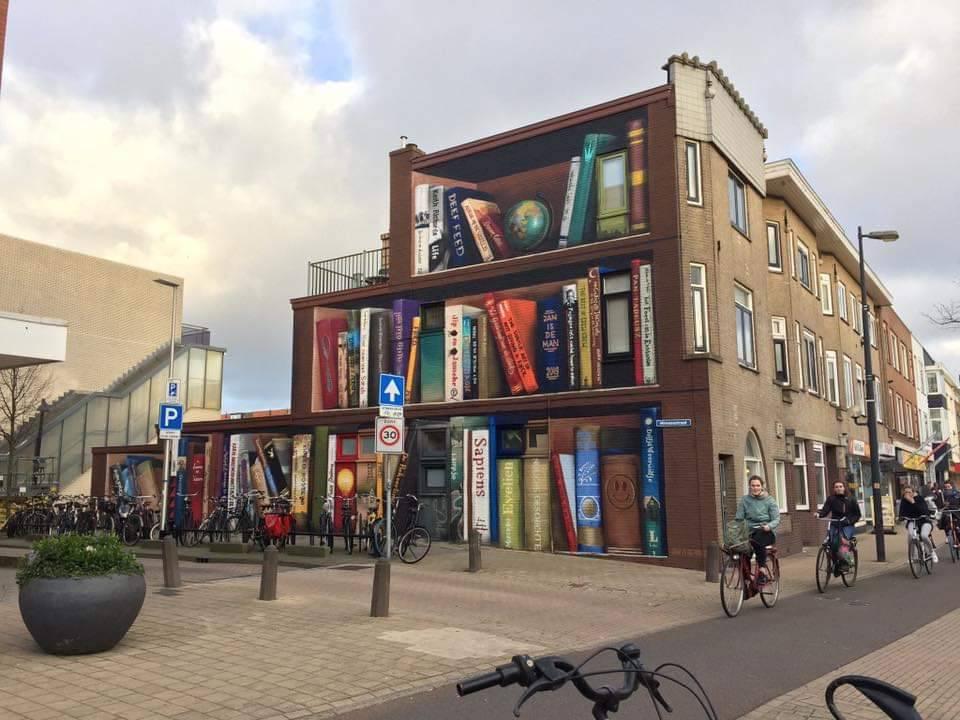 Increíble este mural hecho en Utrecht. Pero es más alucinante todavía que el artista preguntara a los vecinos por sus libros favoritos para incluirlos