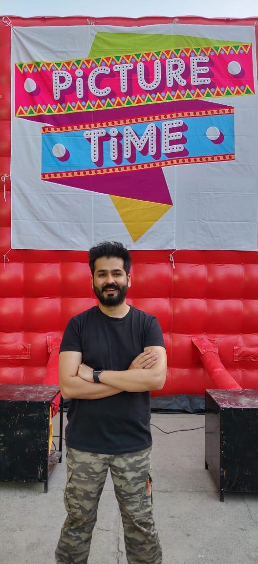 Aditya Dhar brings PictureTime to his residence, to screen his directorial debut #Uri to his friends and family.   @sushilsays @satishkaushik2  @AdityaDharFilms @RonnieScrewvala @vickykaushal09  @SirPareshRawal @yamigautam @IamKirtiKulhari @manasi_parekh @MohitRaina79