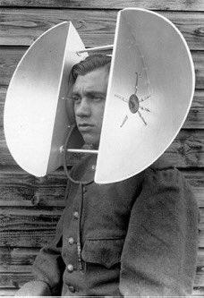 قبل اختراع الرادار بشكله الحالي، لجأت الكثير من الجيوش القوية للاستعانة بأحد الأشخاص الذي يتصف بحدة حاسة السمع، وتكون مهنته عبارة عن استخدام تلك الماكينة ويلتقط الأصوات من بعيد لتحسس اقتراب طائرات وجيوش الأعتداء.