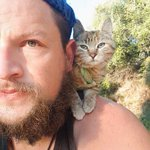 自転車やバイクで世界を回っている男性が出会った、子猫がカワイイ!