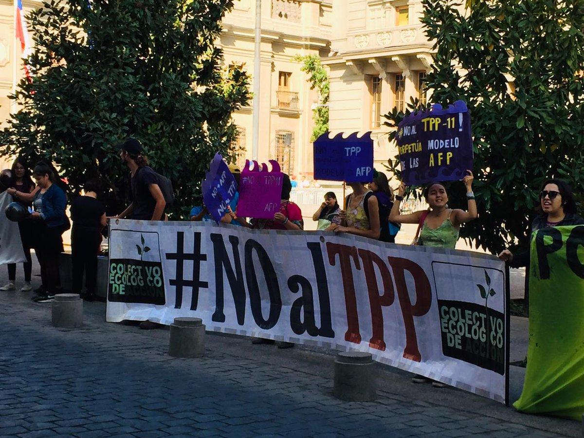 """Coordinadora Feminista 8M على تويتر: """"🔴HOY MANIFESTACIÓN CONTRA EL TPP11  FRENTE AL EXCONGRESO Nos manifestamos frente al ex congreso para decir  #NOALTPP11 q será votado en está semana, tratado comercial entre los"""