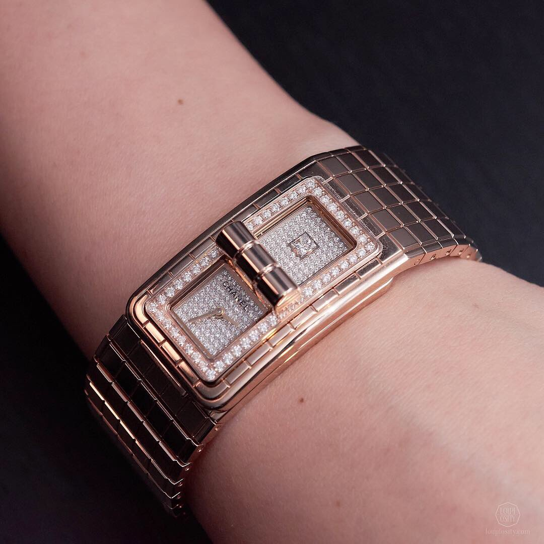 #CODECOCO @CHANEL is inspired by the famous quilted 2.55 bag (created by Mademoiselle #Chanel in February 1955), therefore motifs on the bracelet reflect its quilted squares and the clasp is similar to that on the bag. ➡️ #chanelcodecoco #codecocowatch #chanel #chanelwatch