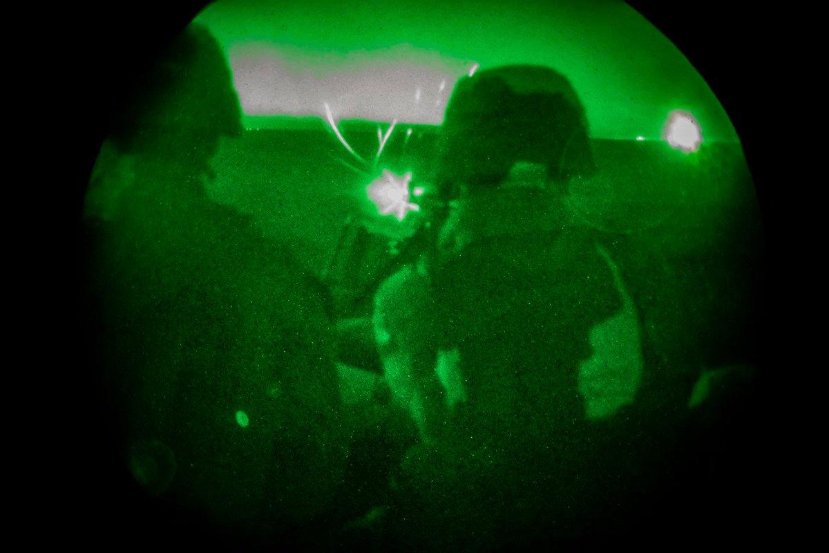 تُجري مجموعة من الجنود في #قوة_مهام_سلاح_مشاة_البحرية_الأمريكية_الجوية_البرية_ذات_الأغراض_الخاصة تدريبات ليلية بالذخيرة الحيّة بإستخدام الرشاشات الثقيلة. وكقوة رد فعل سريعة، فإنّ هذه القوة قادرة على نشر القوات الجوية والبرية والخدمات اللوجستية لمواقع متقدمة في أي لحظة #هزيمة_داعش