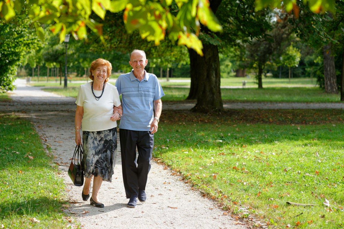 когда фото пожилые пары гуляют вряд