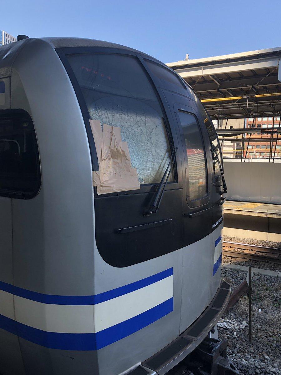 品川駅の人身事故で人と衝突しフロントガラスが割れている画像