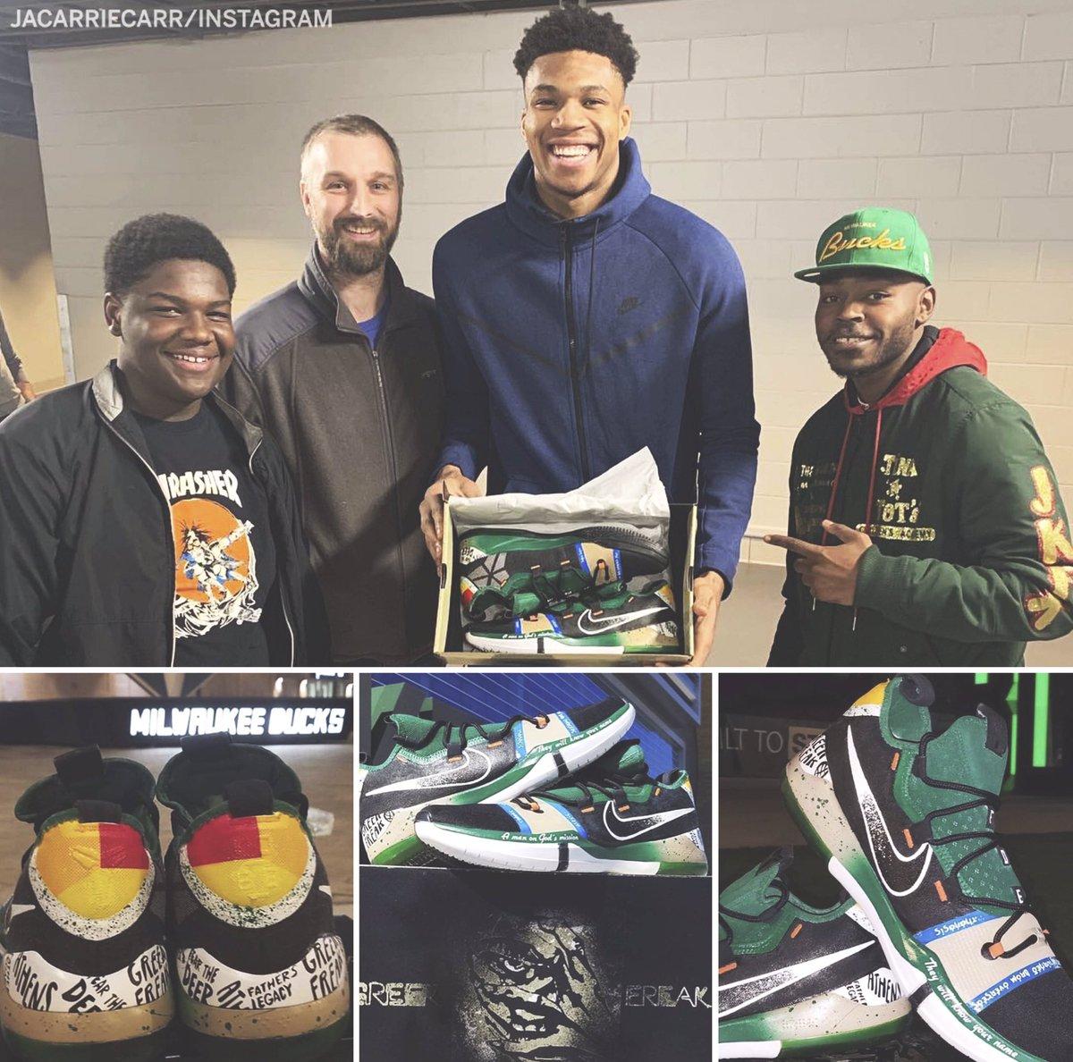 5034a77047e Ένας νεαρός θαυμαστή του, του έδειξε την αγάπη του, δωρίζοντας του ένα  ζευγάρι παπούτσια φτιαγμένα στα χρώματα των Μπακς. Ο Γιάννης για να τον  ευχαριστήσει ...