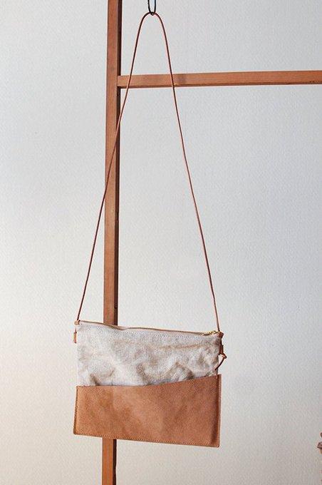 e0a560f1f682 真鍮の装飾は、古書の朽ちた金色をイメージしています。 #バッグ #鞄 #サコッシュ #古書 #羊皮紙… https://t.co/rJgmuY8F0h