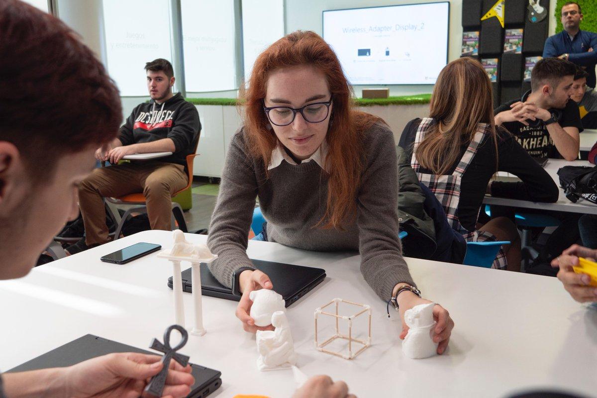 Recordamos uno de los talleres que se impartieron en el #MicrosoftEduLab. En esta ocasión tenemos a los alumnos de Business School en el taller doble del Ciclo Formativo de Redes. Descubre una nueva metodología de aprendizaje en la nueva aula digital de @MicrosoftEduEsp .