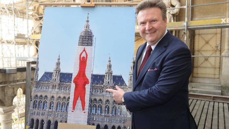"""Centralni toranj Gradske većnice Beča uskoro postaje najveća umetnička instalacija u Austriji! Zbog rekonstrukcije toranj će biti """"presvučen"""" platnom visokim 70 metara! #wienerrathaus #wienerrathausplatz #EurocommPR @Stadt_Wien  © C.Jobst/PIDpic.twitter.com/noQUGhmJxh"""