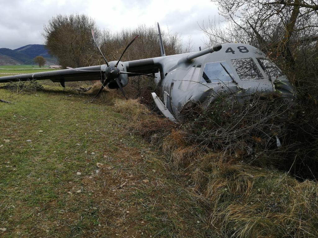 اسبانيا: طائرة C295M تتعرض لحادث  بعد خروجها عن المدرج لحظة الهبوط D3QQuESXkAAccYM