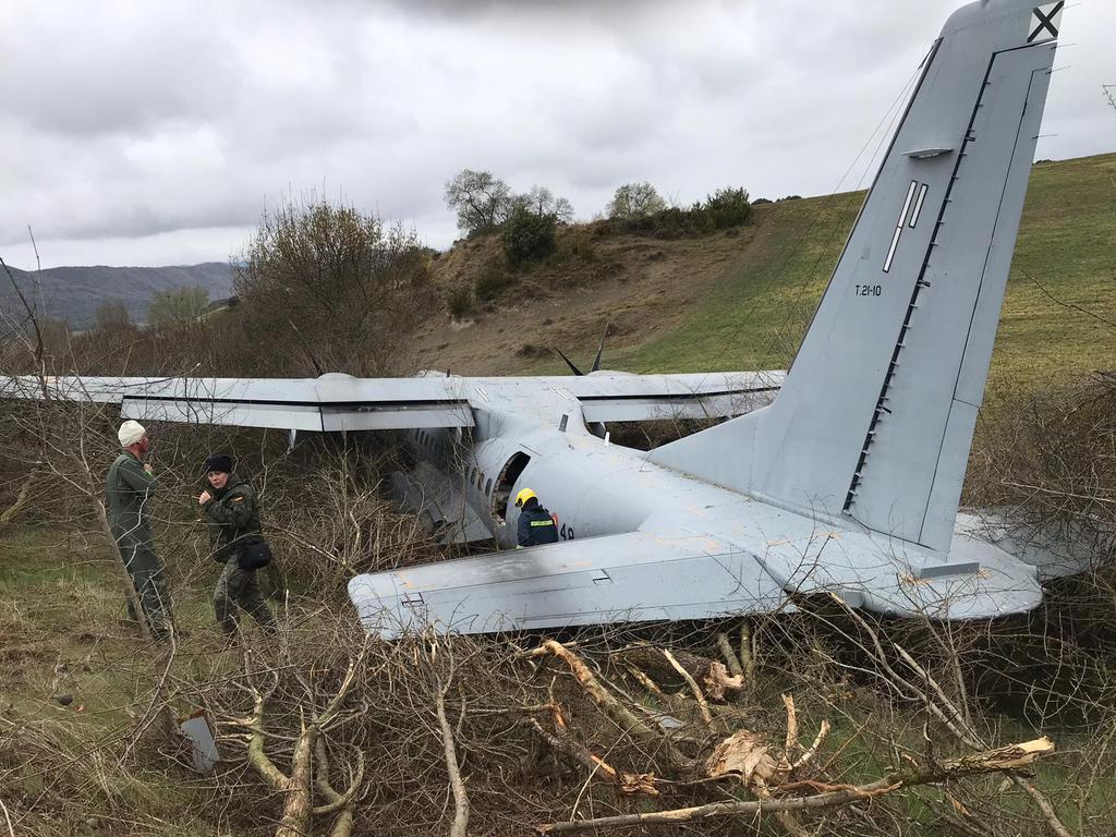 اسبانيا: طائرة C295M تتعرض لحادث  بعد خروجها عن المدرج لحظة الهبوط D3QQuZJWsAAZ2Lu