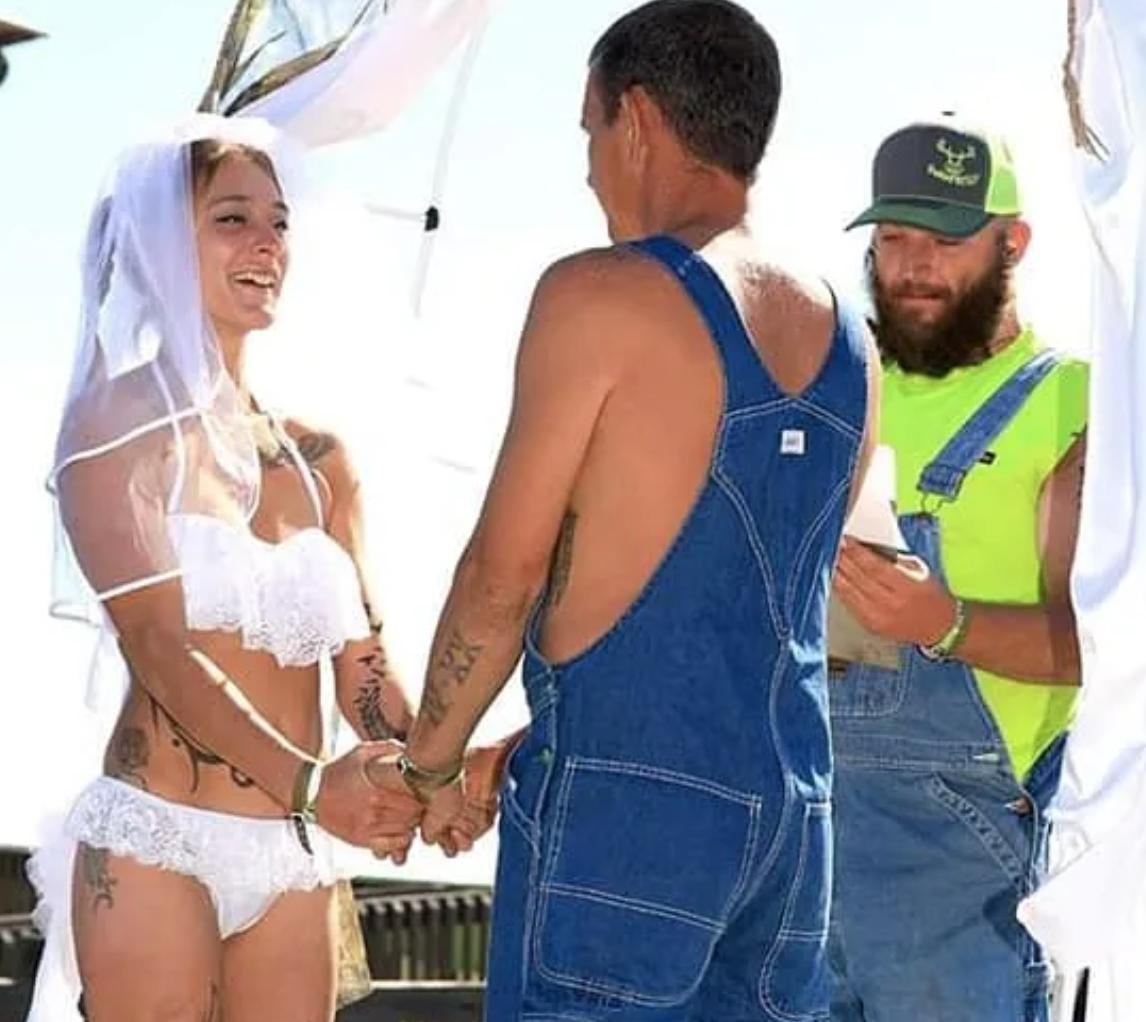 f97e9aa000 ... https   www.barstoolsports.com barstoolu florida-couple-say-vows-on-bed-of-pickup-truck-during-beautiful-wedding-at-redneck-mud-park  …pic.twitter.com  ...