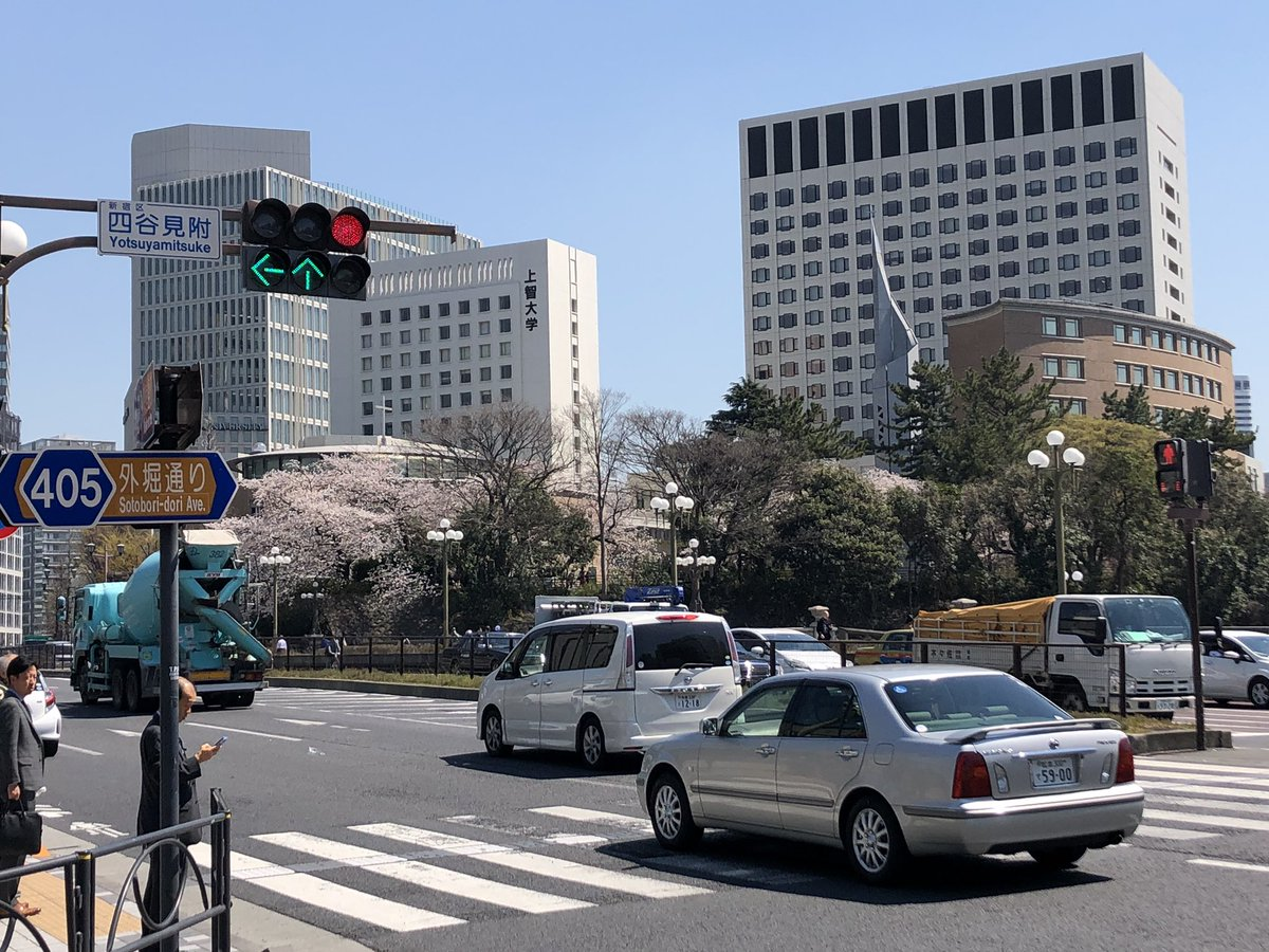快晴ですね! #四谷見附 #上智大学 #SophiaUniversity #CherryBlossom #桜 https://t.co/oQHjC2Ud2n