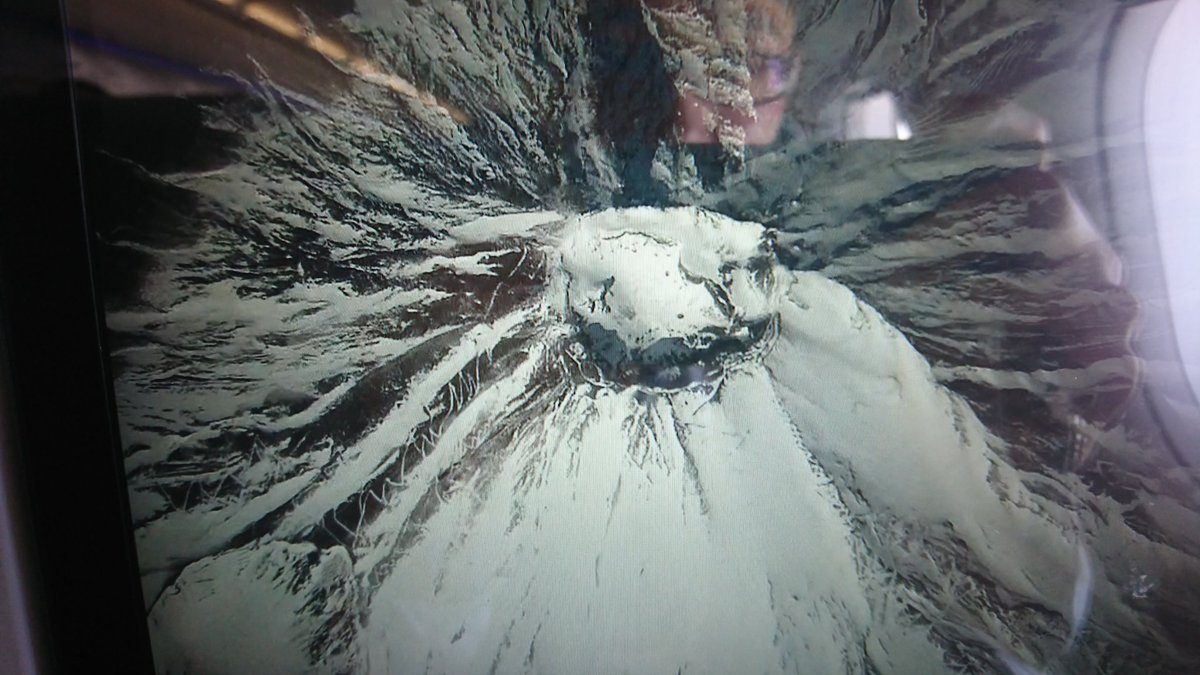 #hiltontokyoodaiba  ヒルトン東京お台場からの、九州出張。 北向の窓際席とれたけど、富士山の真上を通過したので、モニター越しで。 気持ちよく晴れていい気分ですね。#triptojapan #MtFUJI #富士山 #ANA #hilton #businesstrip #飛行機 #九州 #Kyusyupic.twitter.com/WsdqYo89FT