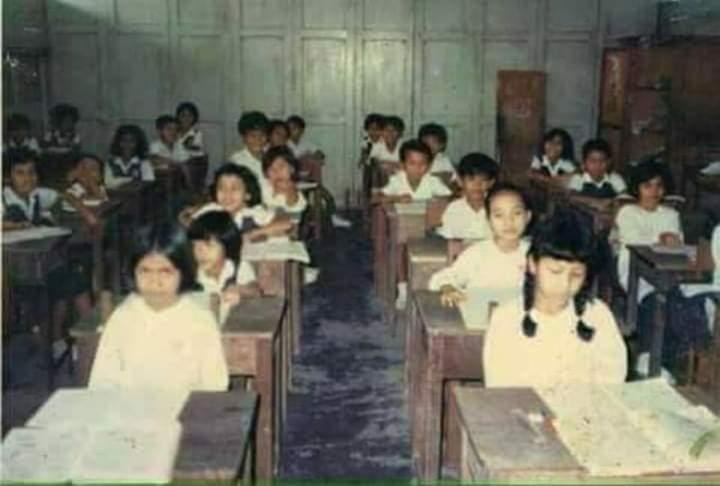 Korang sempat ke guna meja kayu masa sekolah?  Yang rare dinding di belakang tu boleh buka jadi dewan..😂😂😂