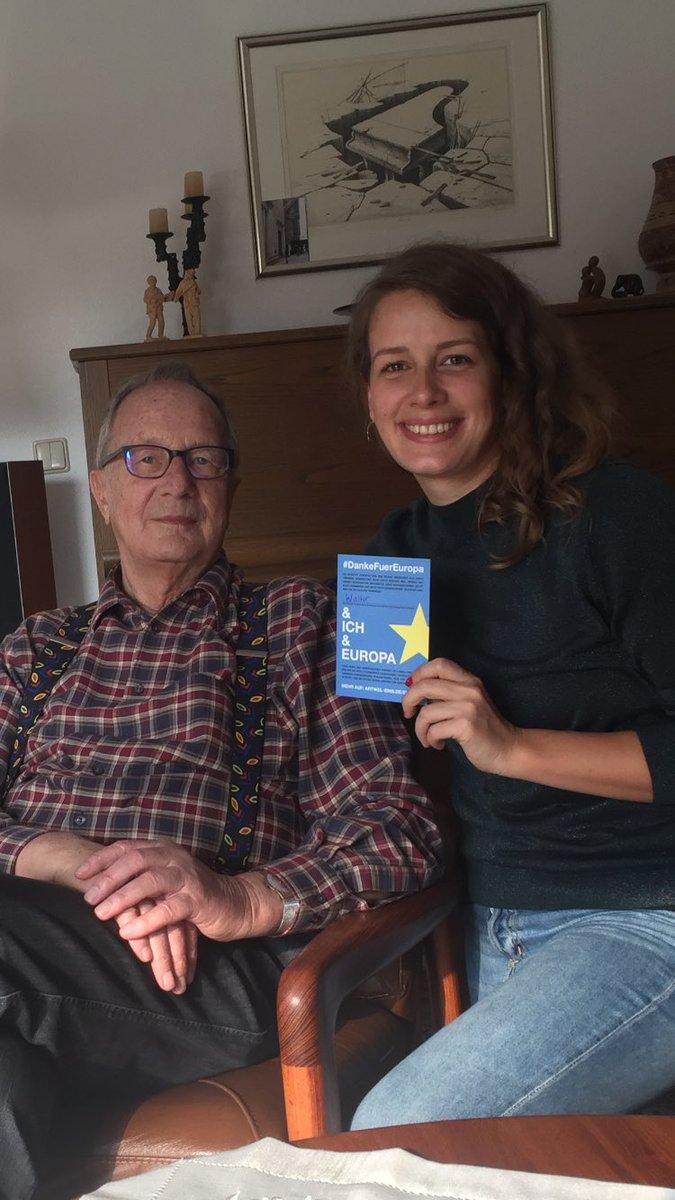 Hab bei der neuen Kampagne von @artikeleins mitgemacht und mit meinem 86-jährigen Opa über #Europa gesprochen. Europa ist für ihn v.a. Zusammenhalt und die Garantie, dass sich seine Kindheitserfahrungen niemals wiederholen. Der zunehmende #Nationalismus ist für ihn unbegreifbar.