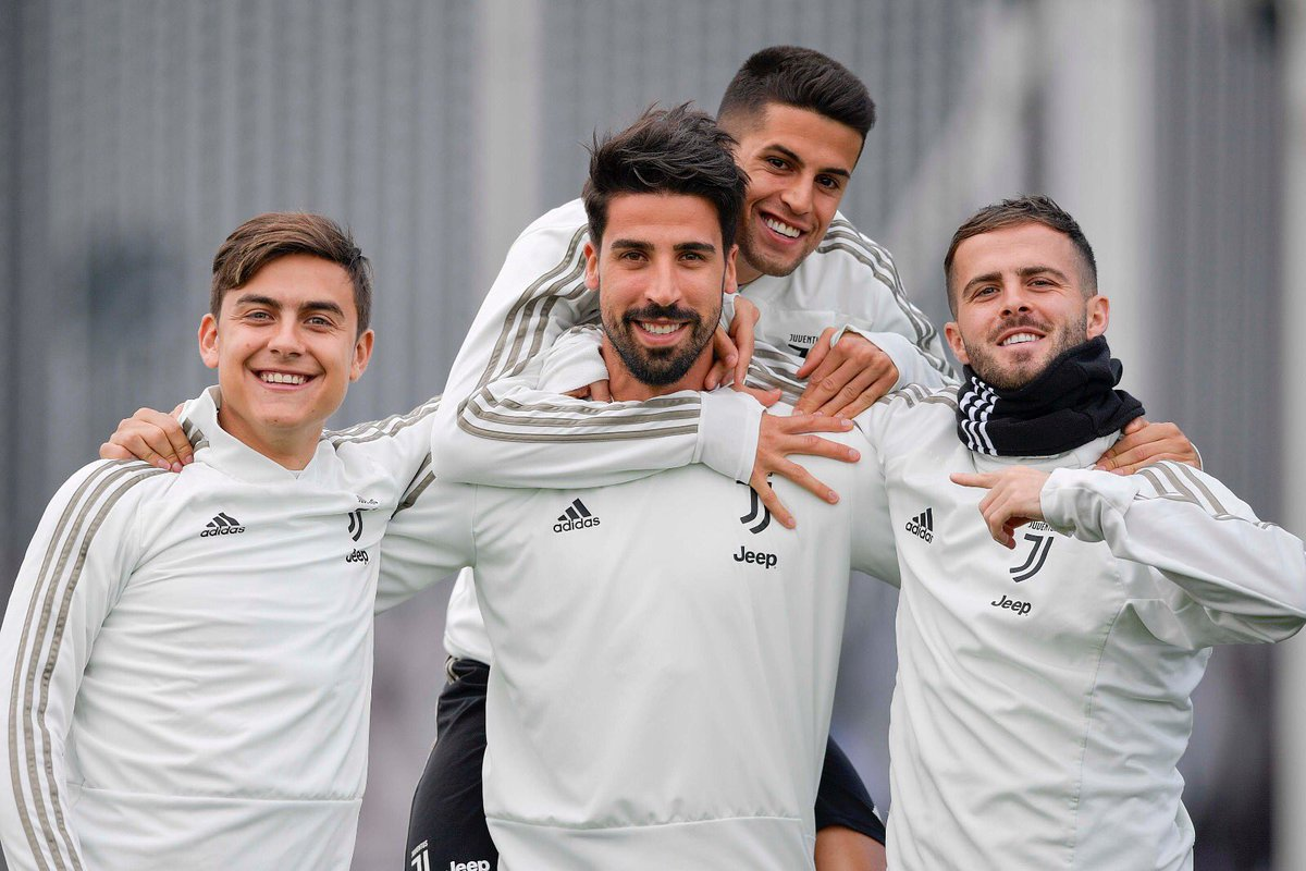 Birthday time with my team 🎂😊 Looking forward to fight for our goals on the pitch again 💪🏽🏆 #FinoAllaFine #ForzaJuve #SK6 @juventusfc