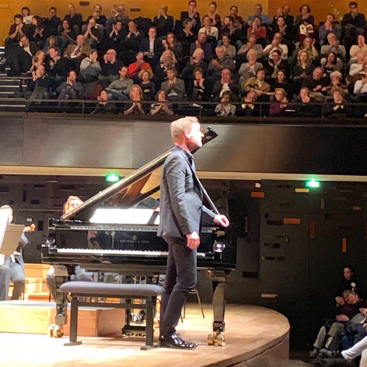 Concerto piano 22 de #mozart #kristianbezuidenhout venu d'Afrique du Sud est un Mozartien de premier plan, j'ai aimé l'andante, rare ! le public a applaudi à la suite de ce mouvement central, les andantes de Mozart sont toujours des moments d'émotion. #orchestredeparis #dharding