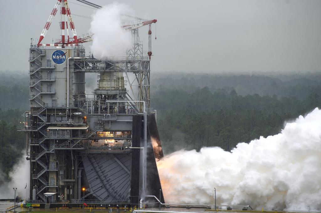 """We're a step closer to returning astronauts to the Moon in the next five years following a successful engine test. The latest """"hot fire"""" was the culmination of 4+ years of testing for the RS-25 engines that will send the @NASA_SLS rocket to space. Details: https://t.co/l07ACHUNob https://t.co/ABwApXoD8V"""