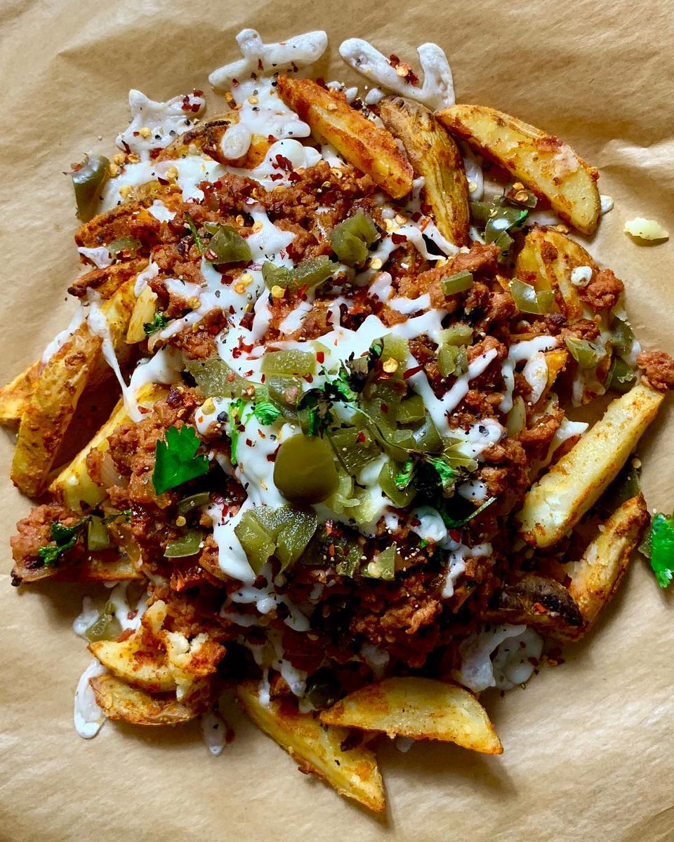 We think Friday calls for some #plantbased #meatless dirty chilli cheese fries 🍟🍟 perfect to share with friends or have all by yourself! If you feel like whipping up this recipe then check it out on our website now 👉 https://www.meatlessfarm.com/recipes/meat-free-chilli-cheese-chips/…  #foodporn #FridayFeeling #friyay