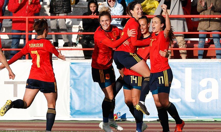 Las jugadores españolas celebran un gol ante Brasil.