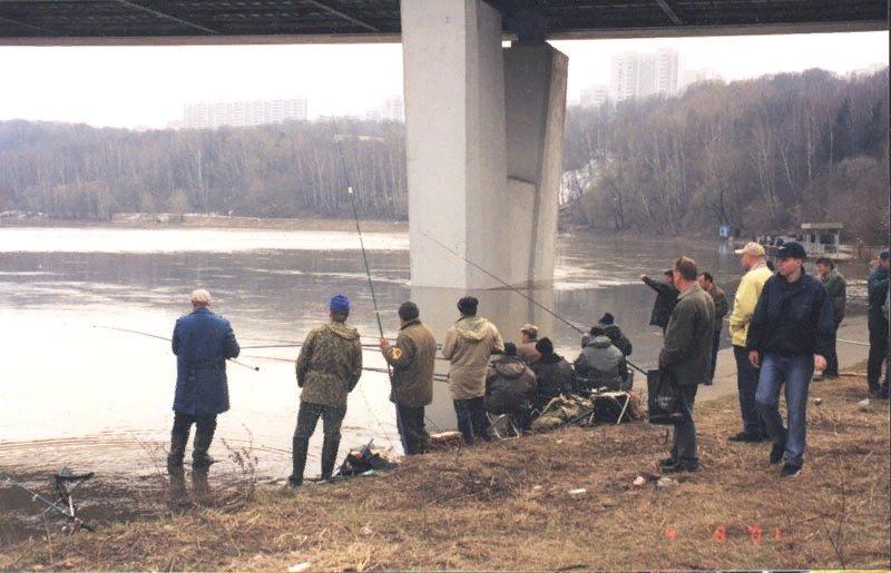 Ловля рыбы под мостом
