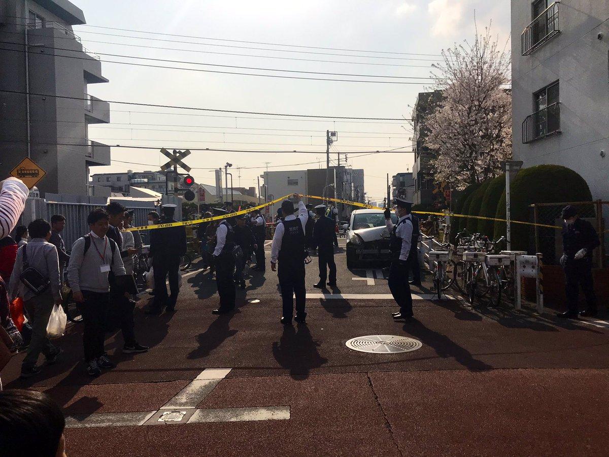 池上線の踏切事故で警察が事故処理している画像