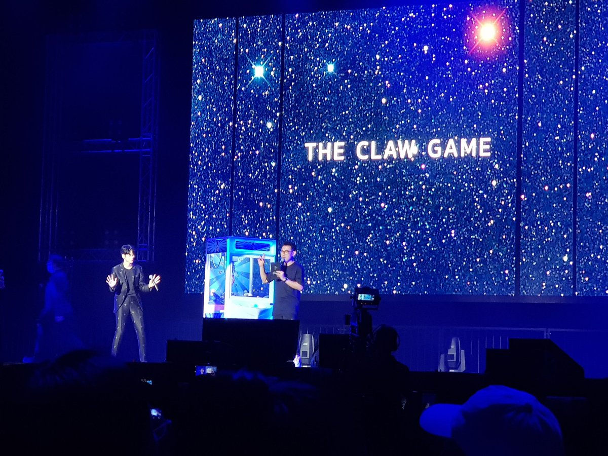 [#OSWETERNITYINSG] #OngSeongWu starts off the game segment with the Claw Game!