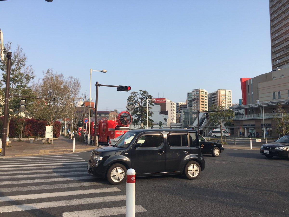 小田急相模原駅の人身事故で緊急車両が集結している現場画像