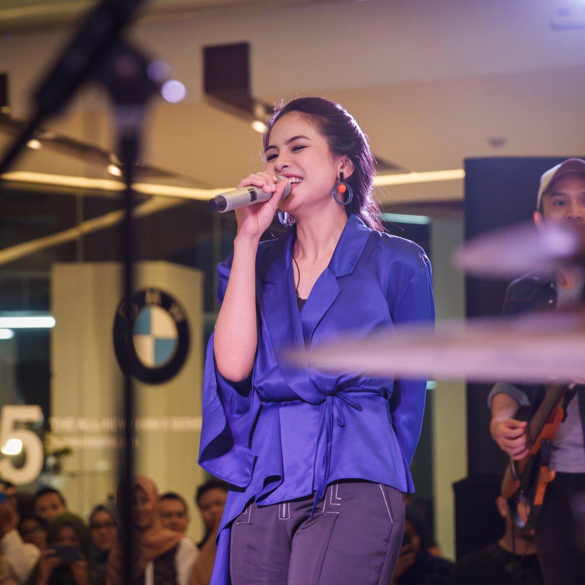 """#snapshot Maudy Ayunda performance at event """"StandardPen"""" #kreatifpastisukses 300319, Grand City Mal, Surabaya. #maudyayunda #maudears pic.twitter.com/DfpX0s2i2Q – at Grand City , Surabaya"""