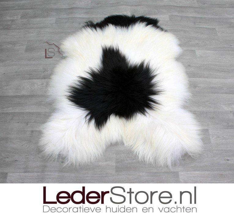 🔥 IN DE SPOTLIGHT 🔥 Deze enorme IJslander schapenvacht, ruim 130x90cm!😍 Mooie combinatie van zwart en wit. Ideaal voor in de #stoel of voor op de #bank 😊  Bestel 'm direct op:   . . . #schapenvacht # schapenvel # schapenkleed # sheepskin #lederstore