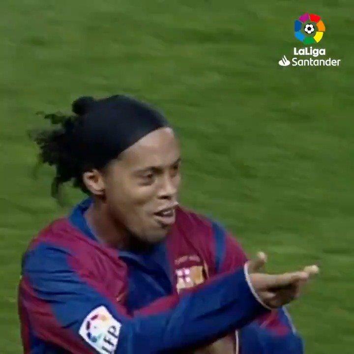Um golaço. De bicicleta. De bruxo. 🧙♂️💥  O último dele na #LaLiga foi em um #BarçaAtleti!   🇧🇷 @10Ronaldinho 🇧🇷
