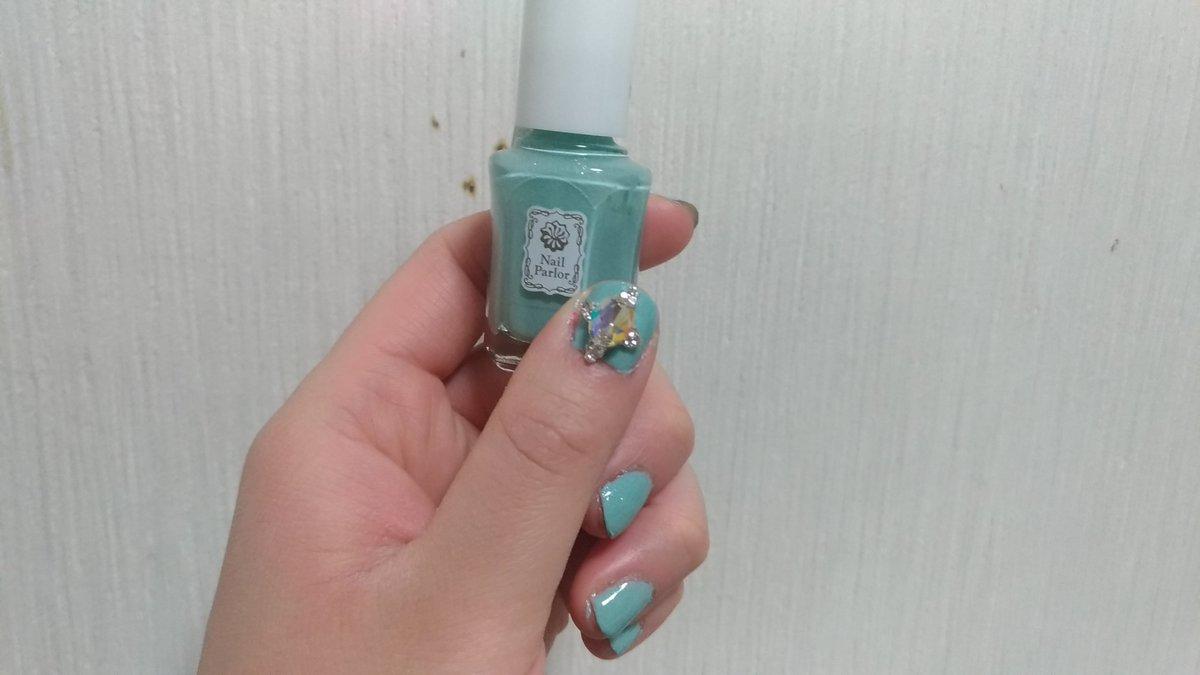 test ツイッターメディア - ネイルパーラーのミントアイスを塗りました~✨🐭 かわいい色✨✨ 親指にくっついているのはセリアのネイルパーツです🐰✨ 宝石みたいでかわいいです✨ #ネイルパーラー  #セルフネイル #セリア https://t.co/1pjtW8a3vA